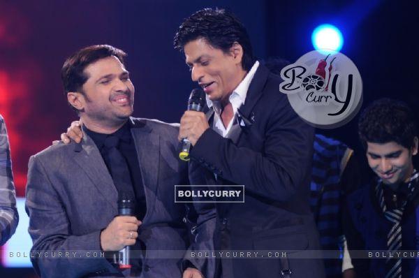 Shahrukh Khan sharing a joke with Himmesh at Music ka Maha Muqqabla