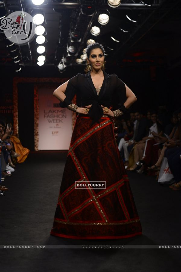 Day 5 - Sizzling Sophie Choudry walks the ramp at Lakme Fashion Show 2016