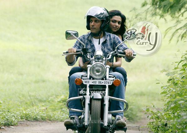 Deepika and Farhan sitting on a bike (41863)