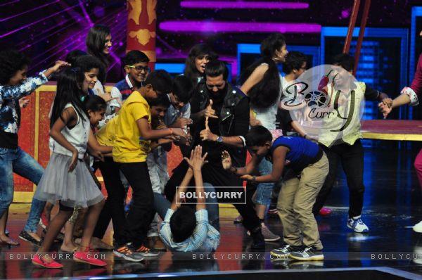 Riteish Deshmukh dances at Promotion of 'Banjo' on sets of Dance Plus 2