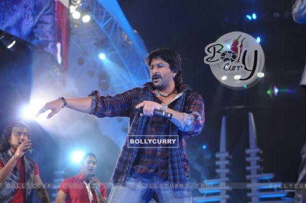 Arshad Warsi shaking his leg in show Music Ka Maha Muqqabla
