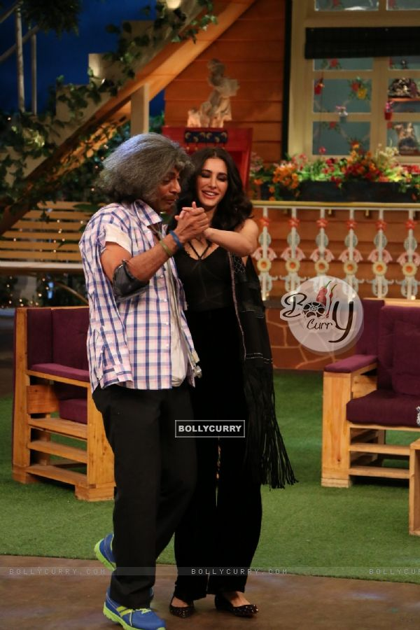 Sunil Grover and Nargis Fakhri dances at Promotion of 'Banjo' on Sets of The Kapil Sharma Show
