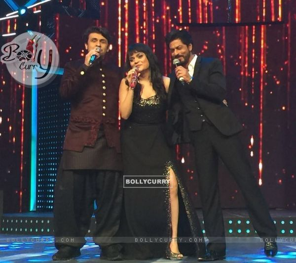 Aditi Singh Sharma with Sonu Niigam and Shah Rukh Khan
