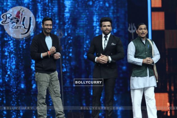 Ajay Devgn with Rithvik Dhanjani at Super Dancer