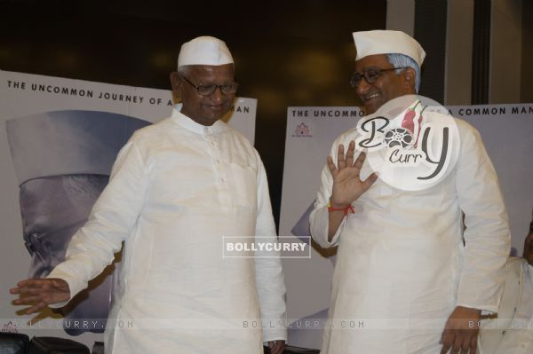 When Real Anna Hazare and Reel Anna Hazare came together (421586)