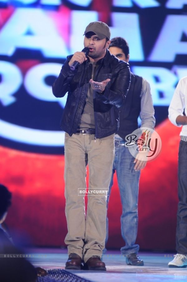 Himesh performing on the show Music Ka Maha Muqqabla