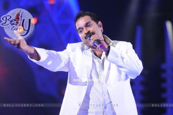 Shankar perfoming on the show Music Ka Maha Muqqabla