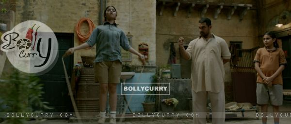 Still of Aamir Khan, Zaira Wasim and Suhani Bhatnagar from Dangal (423320)