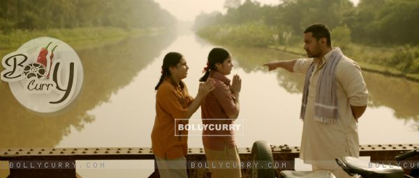 Still of Aamir Khan, Zaira Wasim and Suhani Bhatnagar from Dangal (423321)