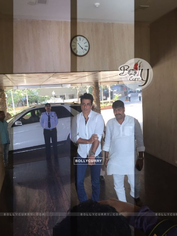 Sonu Sood at Suniel Shetty's father's funeral!