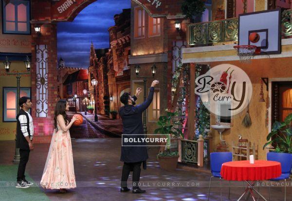 Arjun Kapoor and Shraddha Kapoor play basket ball on 'The Kapil Sharma Show'