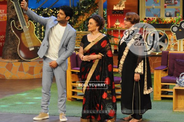 Kapil Sharma takes a selfie with Asha Parekh and Helen on the sets of 'The Kapil Sharma Show'