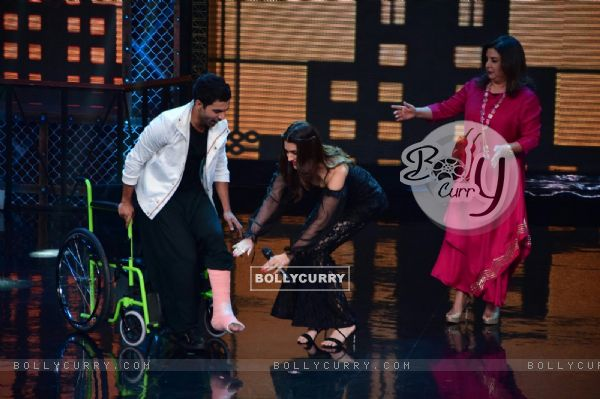 Kriti Sanon helps Rajkummar on the stage