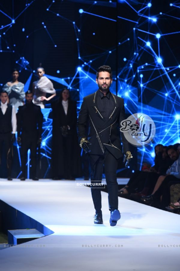 Shahid Kapoor gives the perfect look