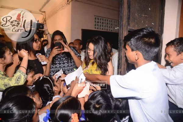 Shraddha Kapoor signs some autographs