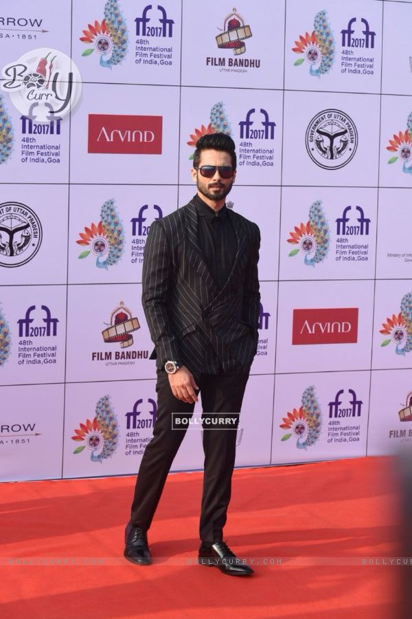 Handsome Shahid Kapoor poses at the red carpet