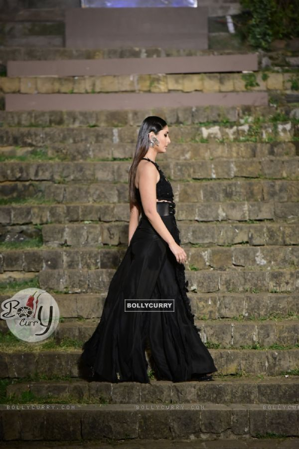 Kareena Kapoor walks for Anamika Khanna
