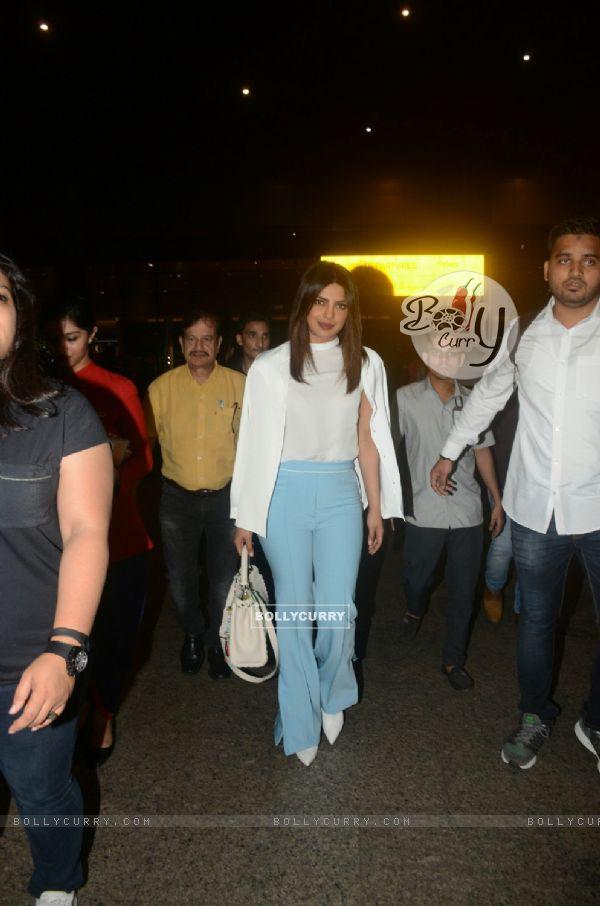 Our Desi Girl Priyanka Chopra returns to Mumbai
