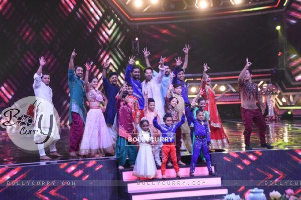 The cast of Kalank at the sets of Super Dancer 3!