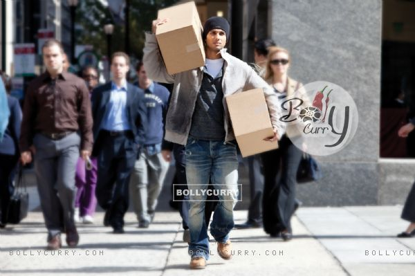 Shahid Kapoor carrying boxes