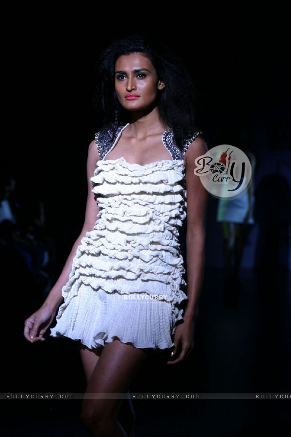Bollycurry A Model Showcasing Designer Reena Dhaka 39 39 S Creation At The Wills Lifestyle India