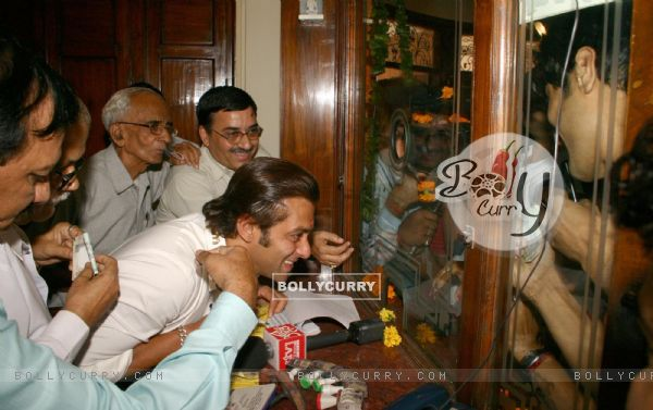 "Bollywood Star Salman Khan selling tickets for his upcoming film ""London Dreams"" at Delite Theatre in New Delhi on Monday 26 Oct 2009 (81357)"