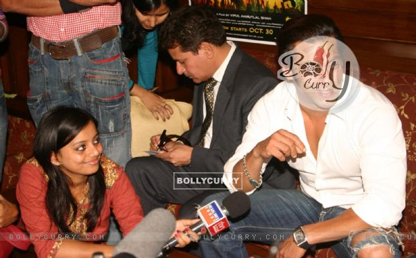 """Bollywood Star Salman Khan talking to media after selling tickets for his upcoming film """"London Dreams"""" at Delite Theatre in New Delhi on Monday 26 Oct 2009 (81358)"""