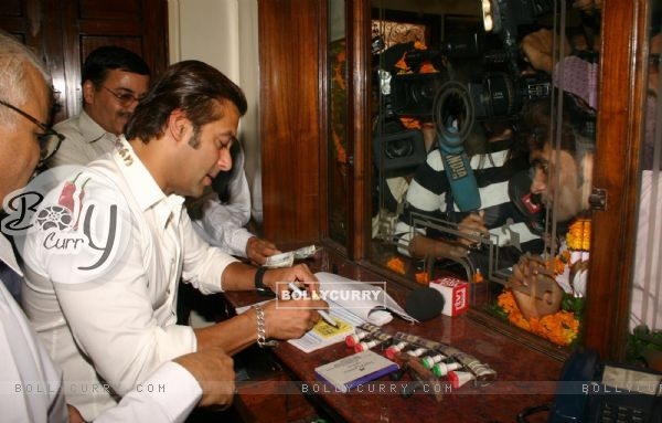 """Bollywood Star Salman Khan selling tickets for his upcoming film """"London Dreams"""" at Delite Theatre in New Delhi on Monday 26 Oct 2009 (81361)"""