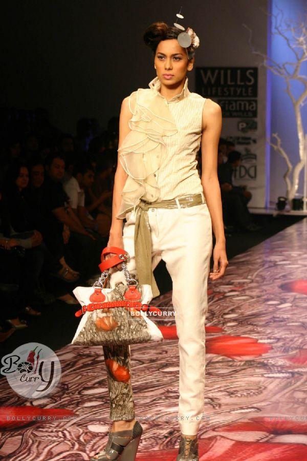 Bollycurry A Model Showcasing Designer Varun Bahl 39 39 S