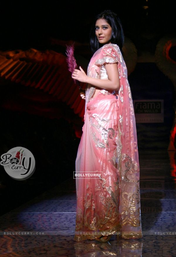 Bollywood Actress Amrita Rao Showcasing Designer Suneet Verma 39 39 S Creation At The Wills Lifestyle
