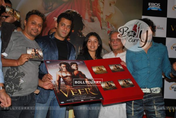 "Bollywood actor Salman Khan, Sunidhi Chauhan, Gulzar and Sonu Nigam at music release of Film ""Veer"" (83008)"