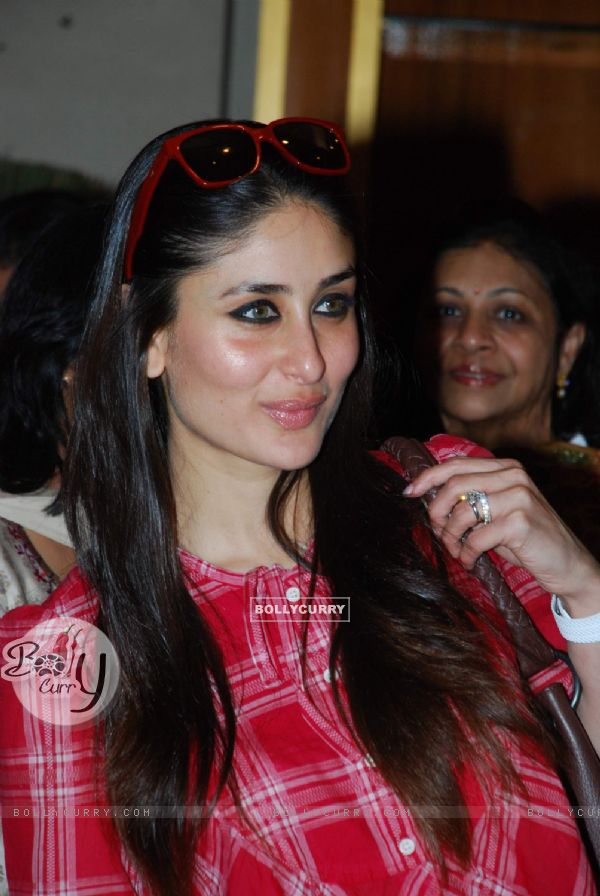 صور  الجميلة كارينا كابور 85216-kareena-kapoor-at-dont-loose-your-mind-loose-your-weight-book-pr.jpg