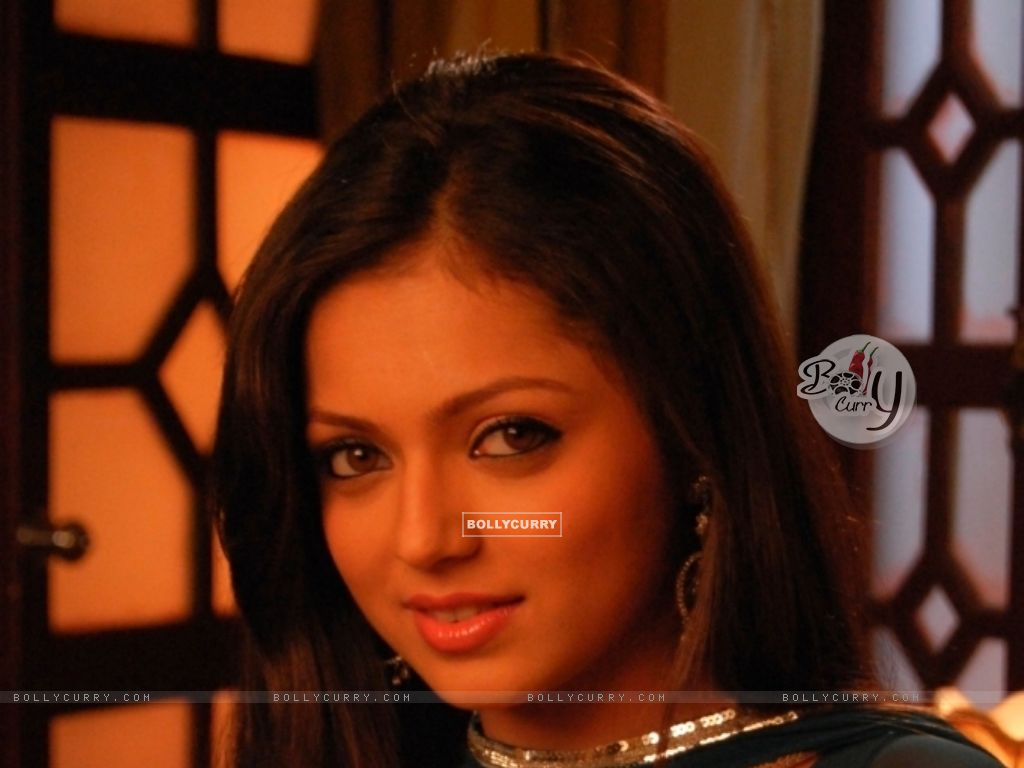 http://img.bollycurry.com/wallpapers/1024x768/101634-still-image-of-drashti-dhami-as-geet.jpg
