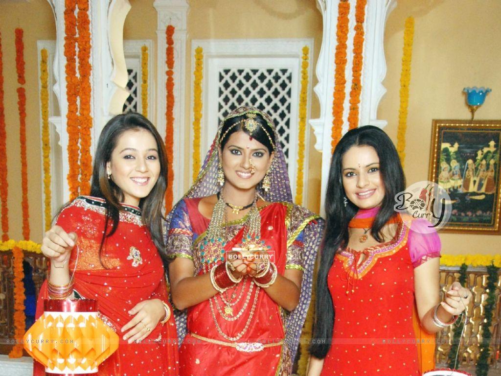 Kratika Sengar, Priyal Gor and Binny Sharma wishing Happy Diwali (105423) size:1024x768