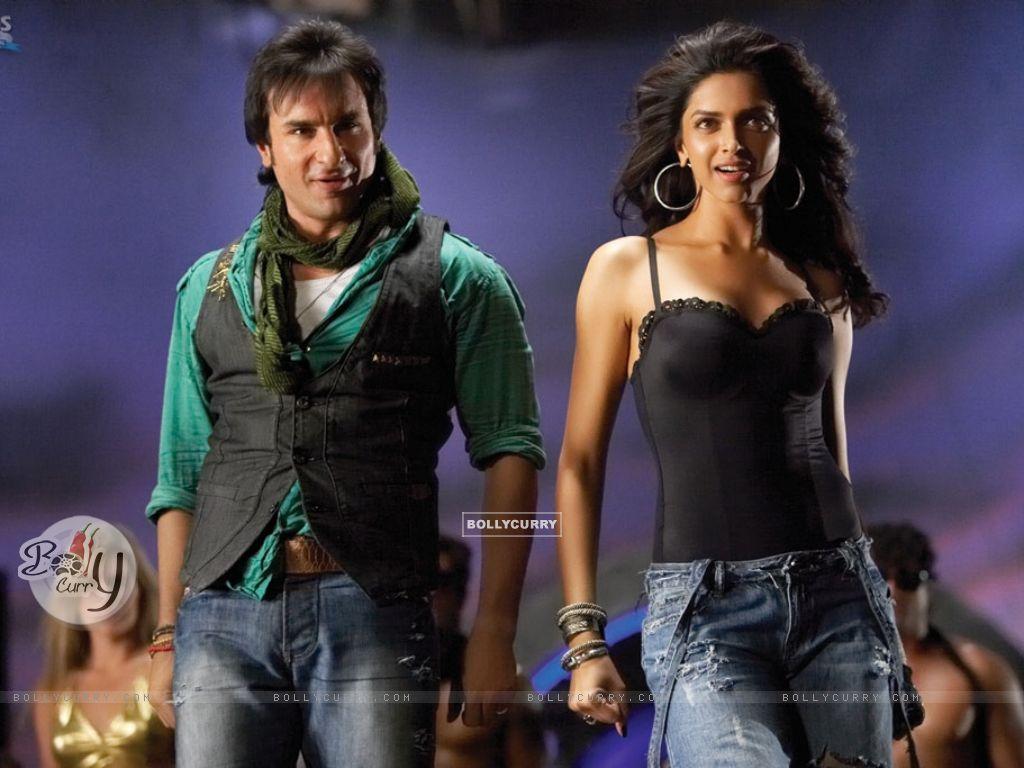 Saif Ali Khan and Deepika looking to audience (11017) size:1024x768