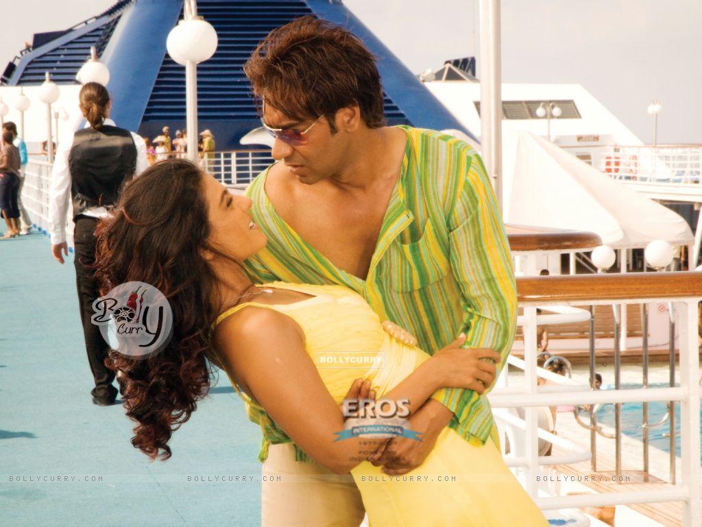 Romantic scene of Ajay and Kajol (12299) size:1024x768