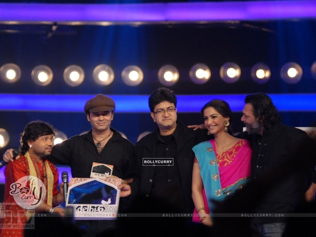 A scene to promote Delhi-6 movie in Indion Idol-4 show (12589) size:1024x768