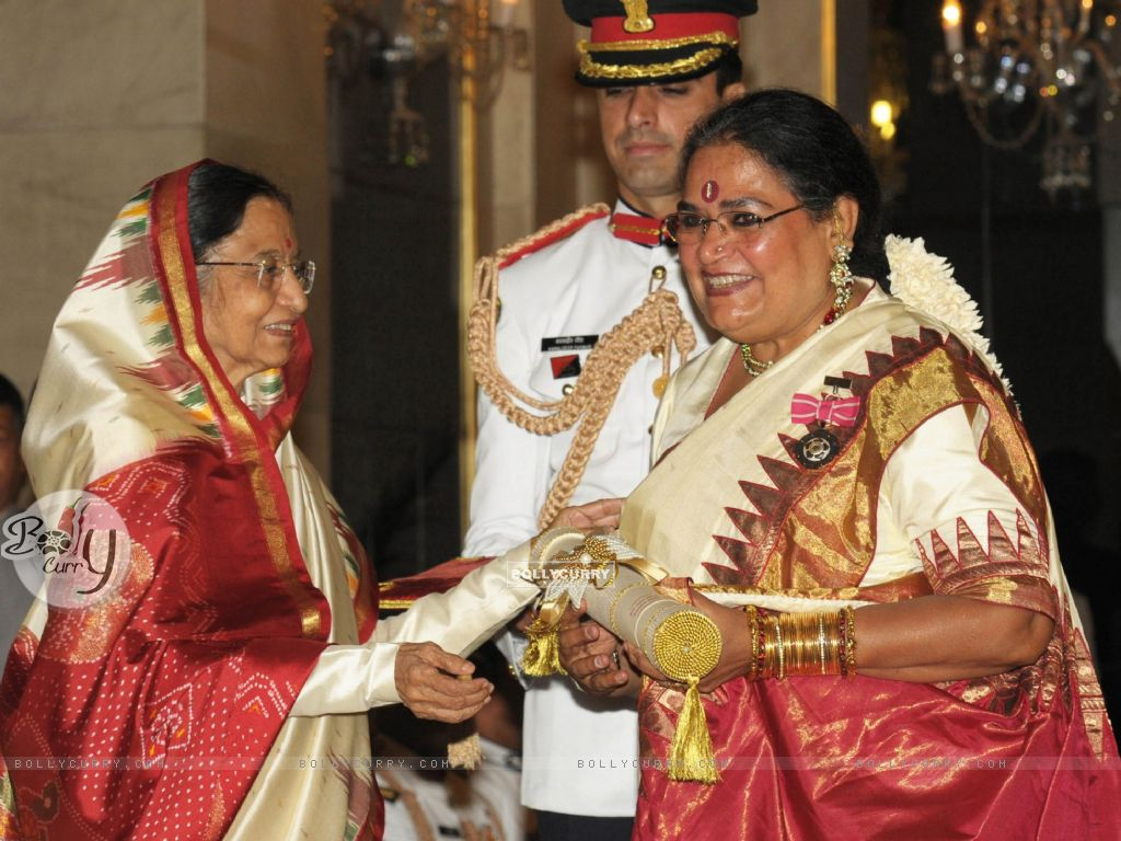 The President, Pratibha Devisingh Patil presenting the Padma Shri Award to Usha Uthup, at an Investiture Ceremony II, at Rashtrapati Bhavan, in New Delhi (128225) size:1024x768