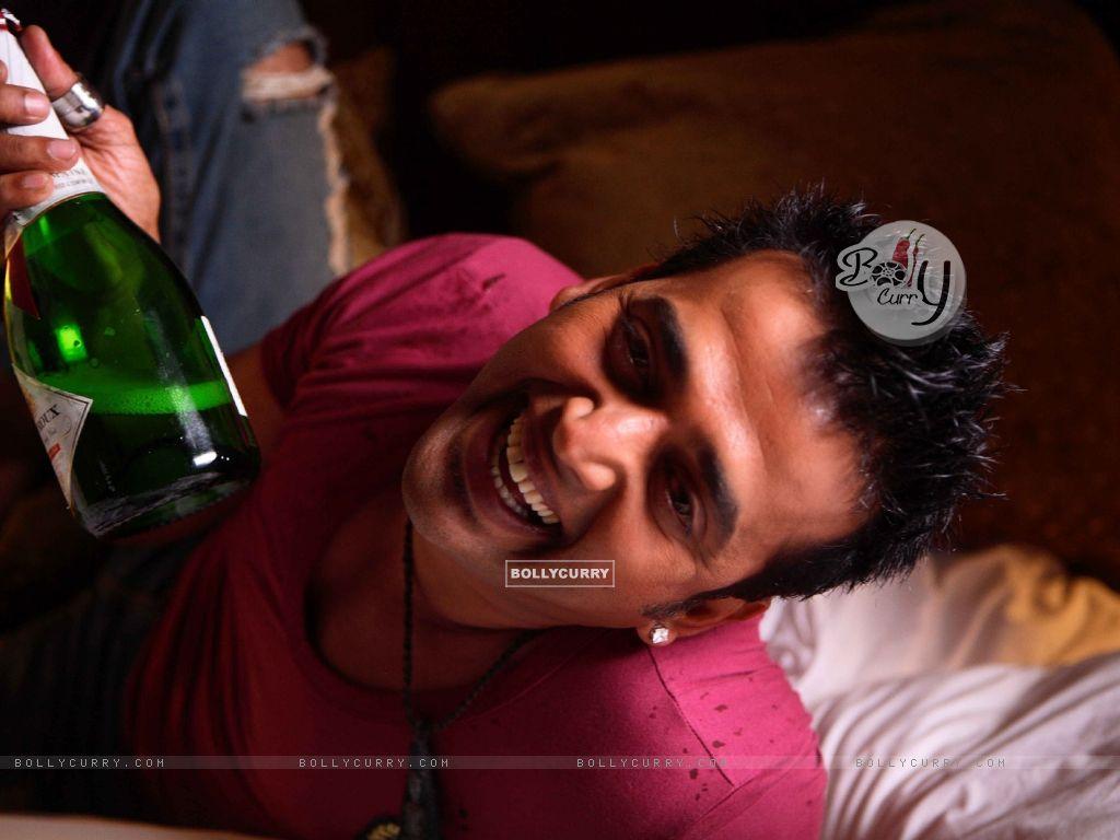 Ravi Kissen with a bear bottle (15649) size:1024x768