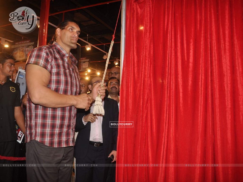 Wallpaper Wwe Superstar Khali Poses During The Launch Of Game The
