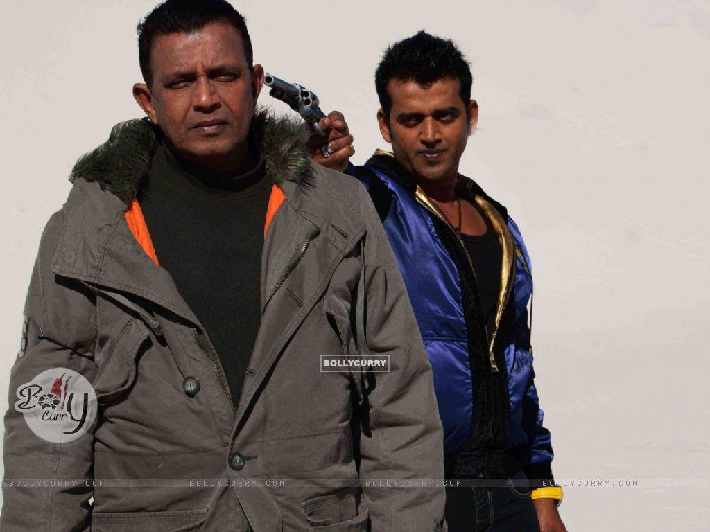 Ravi Kissen putting rifle on Mithun (20309) size:1024x768