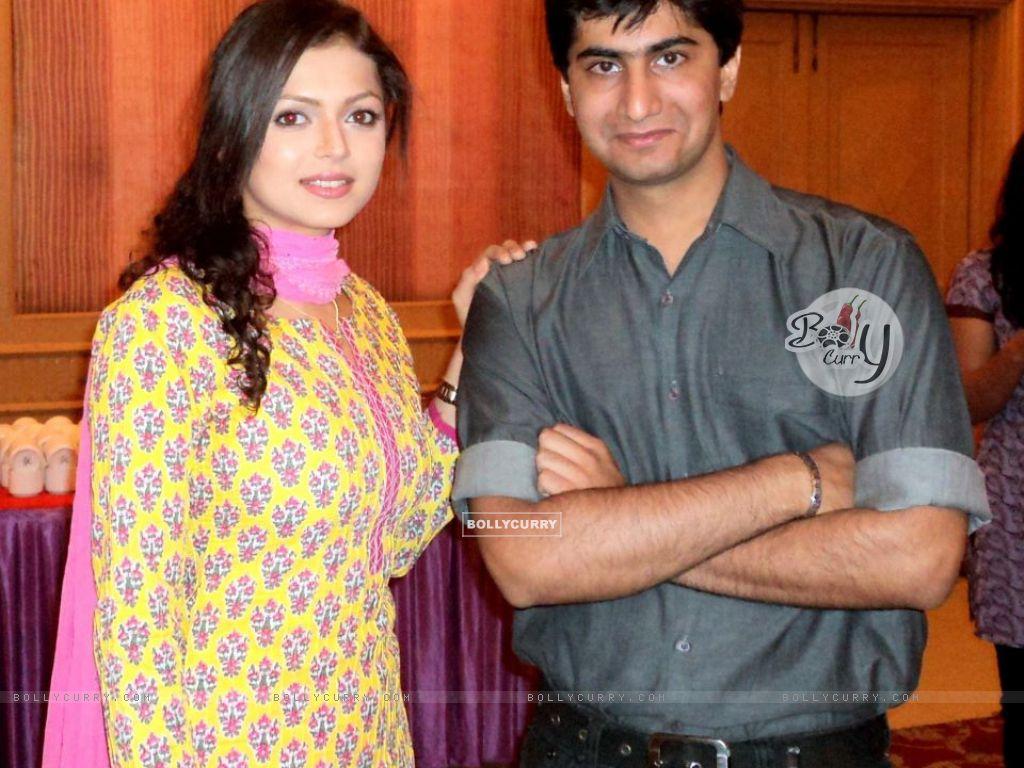 Drashti Dhami with her fan (204767) size:1024x768