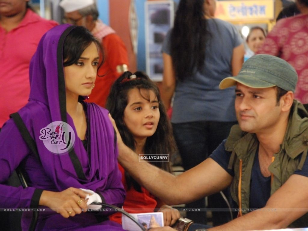 A still of Rati Pandey, Shruti Bhist and Rohit Roy from Hitler Didi (279497) size:1024x768