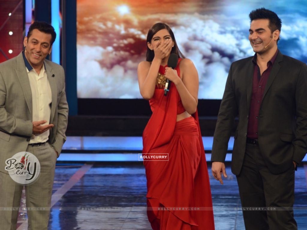 Salman Khan, Sonam Kapoor and Arbaaz Khan in Bigg Boss 8 (348470) size:1024x768