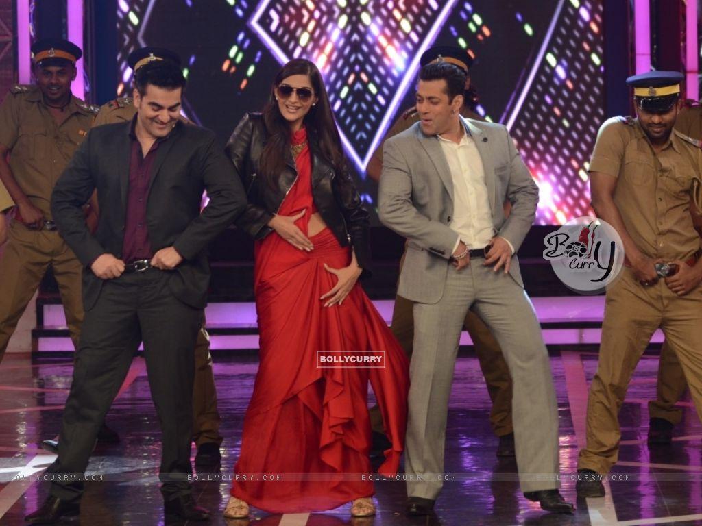 Salman Khan, Sonam Kapoor and Arbaaz Khan shake a leg in Bigg Boss 8 (348474) size:1024x768