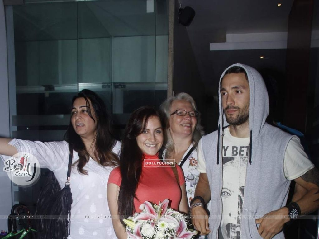 Elli Avram Celebrates Her Birthday With Family (372706) size:1024x768
