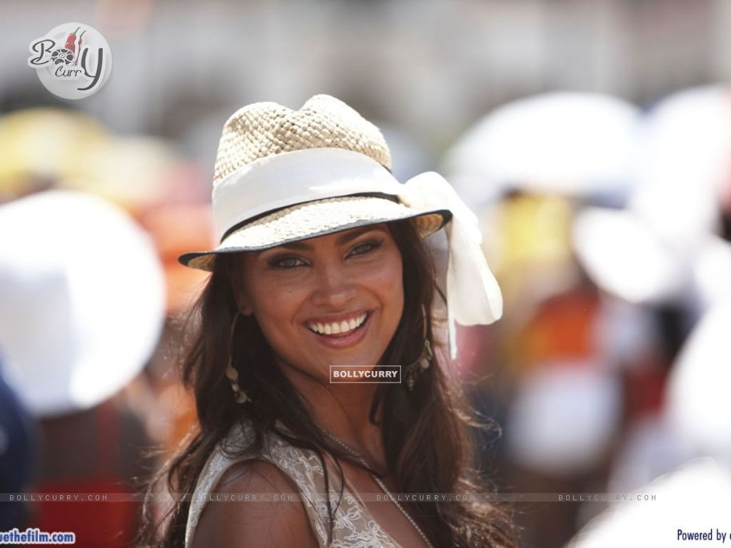 Lara Dutta looking marvellous (37746) size:1024x768