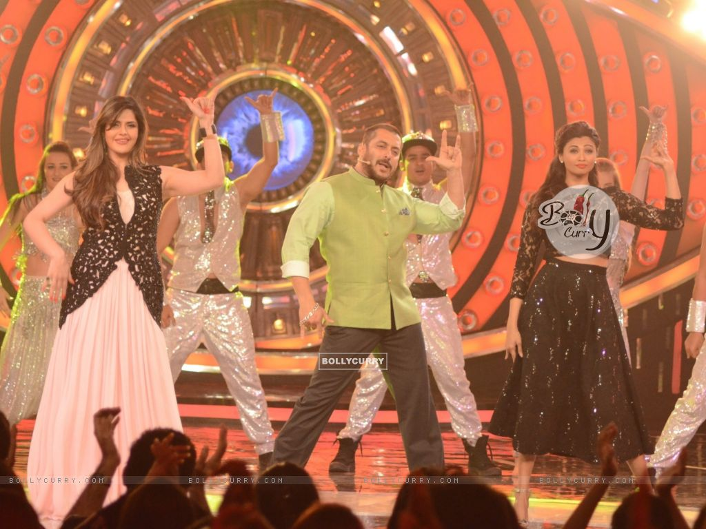 Daisy Shah and Zarine Shakes a Leg With Salman During Promotions of Hate Story 3 on Bigg Boss 9 Nau (384610) size:1024x768