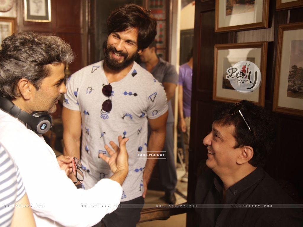 Shahid Kapoor, Vishal Bhardwaj and Sajid Nadiadwala Kick Starts Shooting of Rangoon (384931) size:1024x768