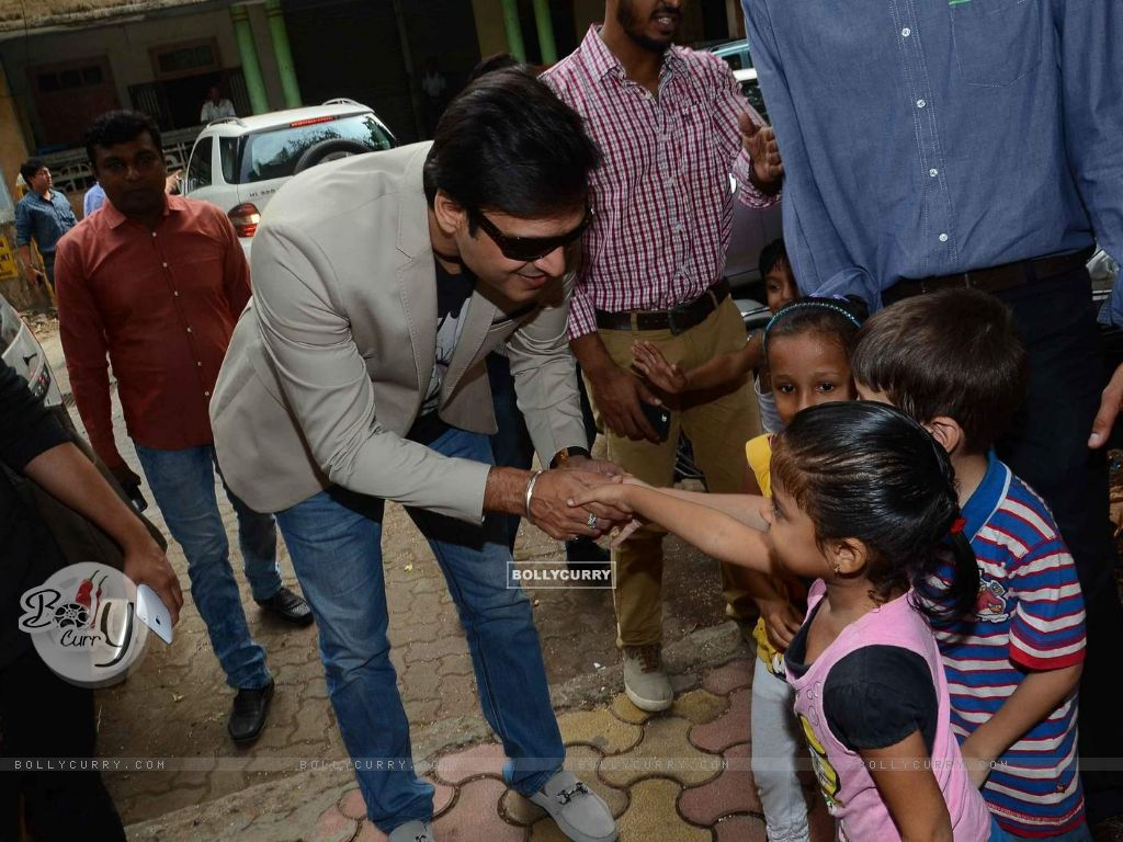 Vivek Oberoi Greets Kids at Cover Launch of Society Magazine (385722) size:1024x768
